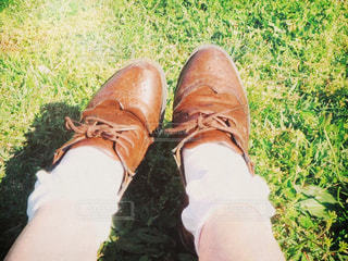 女性,公園,夏,靴,芝生,屋外,晴れ,足元,散歩,女子,休憩,外,お散歩,靴下,おさんぽ,靴紐,足もと,靴ひも,くつ下,晴れの日のお散歩