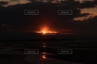 自然,海,空,夕日,太陽,雲,夕暮れ,水面,光,夕陽,光の道,干潮,縞模様,太陽の道