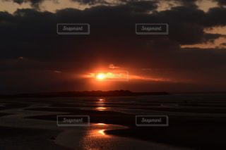 自然,風景,空,夕日,屋外,太陽,雲,夕暮れ,水面,海岸,景色,光,夕陽,日の入り,光の道,干潮,縞模様,太陽の道
