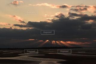 自然,風景,空,夕日,屋外,太陽,ビーチ,雲,夕焼け,夕暮れ,水面,海岸,木漏れ日,光,夕陽,地平線,日の入り,くもり,干潮,縞模様