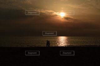 自然,風景,海,空,夕日,カップル,屋外,太陽,ビーチ,雲,砂浜,夕焼け,夕暮れ,海辺,水面,海岸,景色,光,浜辺,夕陽,光の道,太陽の道