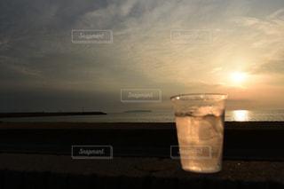 海,空,夕日,屋外,太陽,砂浜,夕焼け,夕暮れ,水面,光,浜辺,焼酎,夕陽,ドリンク,光の道,太陽の道