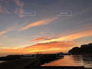 自然,風景,海,空,屋外,太陽,雲,夕焼け,夕暮れ,堤防,水面,海岸,オレンジ,光,地平線