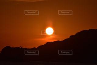 自然,風景,空,夕日,屋外,太陽,雲,夕焼け,夕暮れ,山,景色,オレンジ,光,夕陽