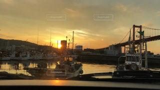 空,夕日,橋,屋外,太陽,夕焼け,夕暮れ,船,水面,オレンジ,光,夕陽,漁港,日の入り