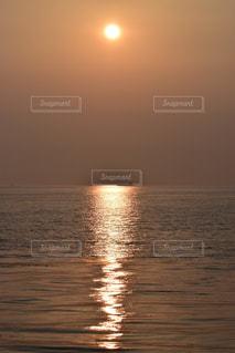 自然,風景,海,空,夕日,太陽,夕暮れ,水面,海岸,景色,オレンジ,光,夕陽,日の入り,光の道,太陽の道