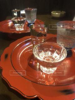 テーブルの上のオレンジ ジュースのガラスの写真・画像素材[1644624]