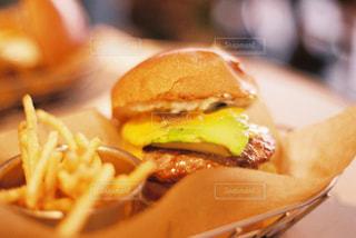 食べ物,カフェ,食事,ランチ,屋内,東京,ハンバーガー,テーブル,アボカド,チーズ,料理,ポテト,昼ごはん