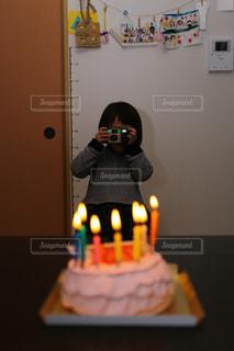 キャンドルとバースデー ケーキの写真・画像素材[1828651]
