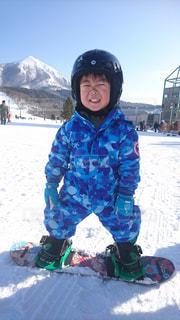 雪のボードの上に座って人の写真・画像素材[1725301]