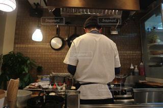 男性,後ろ姿,大きい,ニット帽,居酒屋,厨房,白Tシャツ,頑張ってる,仕事姿