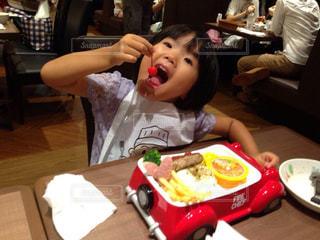 食事のテーブルに座って男の子の写真・画像素材[1653315]
