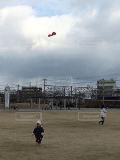 公園,冬,子供,曇り空,お正月,凧揚げ,凧,冬休み