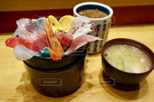 食べ物,屋内,テーブル,市場,カップ,ごはん,味噌汁,料理,和食,寿司,石川県,金沢,海鮮丼,丼,海鮮