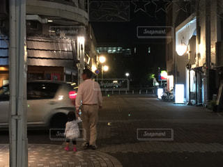 通りに立っている男の写真・画像素材[1680624]