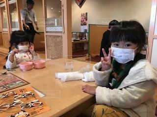 テーブルの上に座って赤ちゃんの写真・画像素材[1683650]