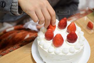 近くに皿の上のケーキを持っている人のの写真・画像素材[1687820]