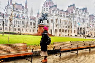 ハンガリー、ブダペストの国会議事堂の前で。の写真・画像素材[1673212]