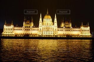 ハンガリー国会議事堂とバック グラウンドでの水の体の大きな船の写真・画像素材[1680420]