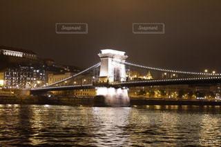 水の体の上を橋を渡る列車の写真・画像素材[1681329]