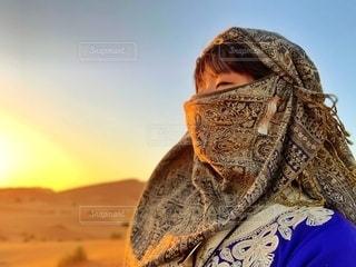 女性,20代,自然,空,自撮り,屋外,砂,夕焼け,人物,人,スカーフ,旅行,旅,ひとり,砂丘,メイク,ポートレート,レジャー,エスニック,モロッコ,ひとり旅,日暮れ,サハラ砂漠,目元,砂山,アイライン,派手メイク,ひとり旅旅行