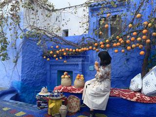 女性,20代,ジュース,後ろ姿,オレンジ,手持ち,人物,旅行,旅,シャウエン,大学生,ポートレート,海外旅行,モロッコ,ライフスタイル,オレンジジュース,花柄,手元,おしゃれ,青の街,インスタ映え