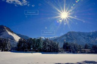 雪に覆われた山の写真・画像素材[1677143]