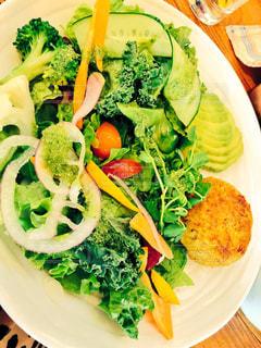 テーブルの上に食べ物のプレートの写真・画像素材[1647055]