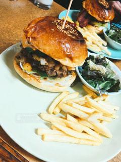 テーブルの上に食べ物のプレートの写真・画像素材[1650852]