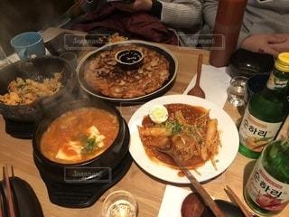 テーブルの上に食べ物のボウルの写真・画像素材[1649953]