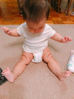 床に座っている小さな男の子の写真・画像素材[1688375]