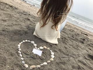 海,砂浜,貝殻,女の子,洋服,人物,ロングヘアー,ホワイト,グラデーション,休暇,巻き髮