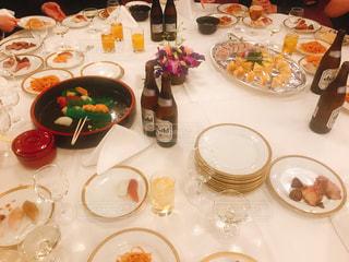 食品のプレートをテーブルに座っている人々 のグループの写真・画像素材[1654296]