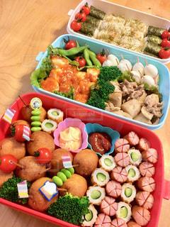 テーブルの上に食べ物の種類でいっぱいのボックスの写真・画像素材[1652030]