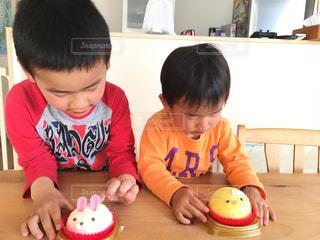 バースデー ケーキでテーブルに座って男の子の写真・画像素材[1667826]