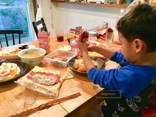 ケーキを切る少年の写真・画像素材[1680004]