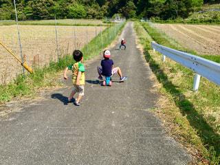 少し少年が座っている道路の側にの写真・画像素材[1812488]