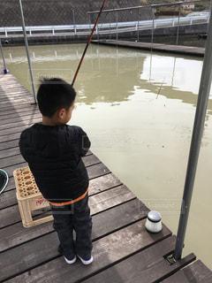 子ども,風景,冬,屋外,湖,後ろ姿,水面,池,人物,人,釣り,幼児,少年,男の子,若い,釣り堀,釣竿,ジャンバー