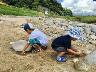 子ども,2人,風景,夏,屋外,後ろ姿,帽子,水着,川,岩,人物,人,幼児,石,河川,少年,水遊び,男の子,若い,川遊び