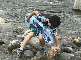 自然,風景,夏,屋外,岩場,川,水面,泳ぐ,岩,人,ゴーグル,小学生,夏休み,少年,レジャー,男の子,うきわ,マリンスポーツ,履物,夏の思い出,パーソン,足場が悪い