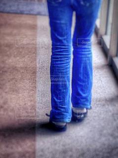 歩く女性の後ろ姿の写真・画像素材[1804667]