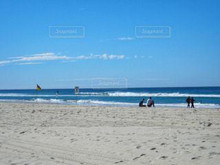 男性,海,ビーチ,晴れ,青空,砂浜,ウォーキング,波,青い海,観光,人物,リラックス,癒し,旅行,旅,くつろぐ,オーストラリア,快晴,海外旅行,ブリスベン,友達,ブルースカイ,ゴールドコースト,複数人,歩く人,空模様,snowflake,座る人,男性達