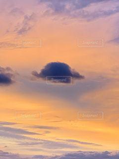 クラゲみたいな雲の写真・画像素材[1860975]