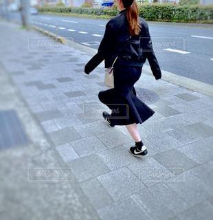 颯爽と歩く女性の写真・画像素材[1868363]