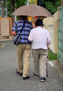 街中、寄り添うご夫婦の写真・画像素材[2636725]
