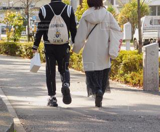 通りを歩くカップルの写真・画像素材[2826400]