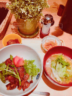 テーブルの上に食べ物のプレートの写真・画像素材[1671945]