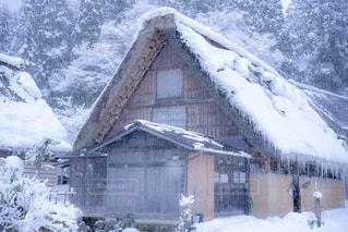 雪に覆われた家の写真・画像素材[1745503]