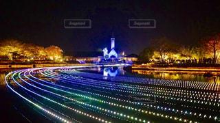 夜のライトアップされた街の写真・画像素材[1680159]