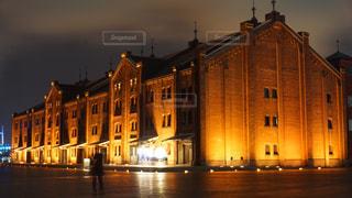 建物は夜ライトアップの写真・画像素材[1680185]